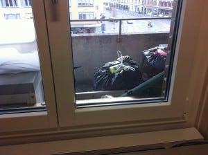 Der Blick aus dem dreckigen Fenster.
