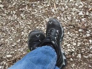 ... Schuhe gebunden...