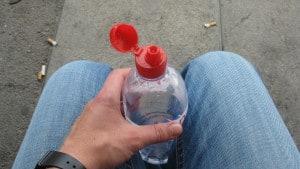 Wasserflasche geöffnet 300x169