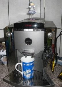 ... den Knopf der Kaffeemaschine betätigt...
