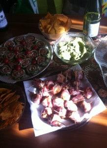 ... mit den Feigen mit Feta im Speckmantel, den Nachos und der Guacamole für die Meute parat gestellt...
