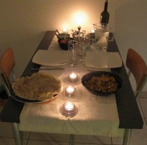 ... Tortillas gebacken, eine missratene Guacmole durch eine wohlschmeckende Tomaten-Salsa ersetzt, Rüebli geraffelt, Sourcream bereitgestellt, Poulet mit Peperoni und Zweiebeln gebraten und den Tisch schön gedeckt (nur damit der Aufwand eines leckeren Znachts mal klar ist, werter Herr Freund!!!)...