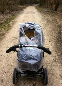 ... beim Hüten sachgerecht den Regenschutz des Kinderwagens montiert....