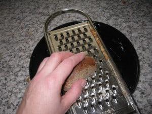 ... für den Falafelteig steinhartes Brot gerieben...