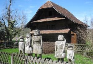 """""""Und die braven Bürger waren erbost, und auch deren Götter waren erbost, und ein schlimmer Fluch erschallte. Die ganze Familie erstarrte zu Holz, als Mahnmal für ihr Freveltum, den Rasen länger als 8cm stehen zu lassen!"""""""
