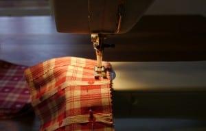 ... die Ränder entweder abzickzacken oder mit einer Zickzackschere schneiden, dann den Saum umbügeln und nähen, nähen, nähen...