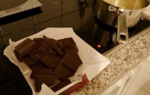 ... 400g Schoki geschmolzen und zu Brownies verarbeitet (neue Variation: Mit Calvados und Zimt!)...
