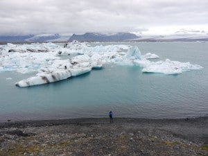 """Der Gletscher """"kalbt"""" die riesigen Eisblöcke ins Wasser..."""